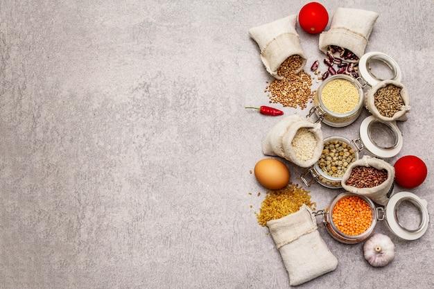 Nul afval eten winkelen concept. granen, pasta, peulvruchten, gedroogde paddestoelen, kruiden.