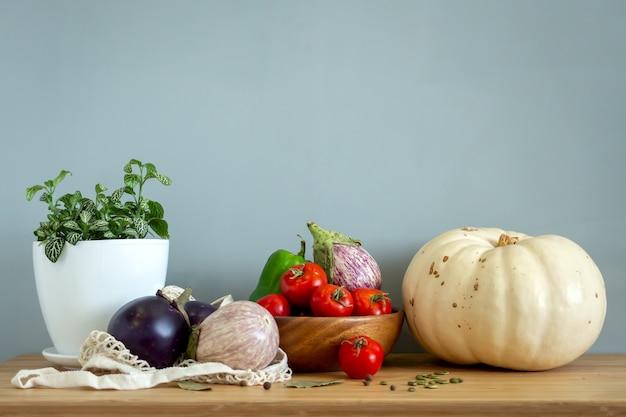 Nul afval gezond voedselgranen zaden groenten plat lag op grijze achtergrond