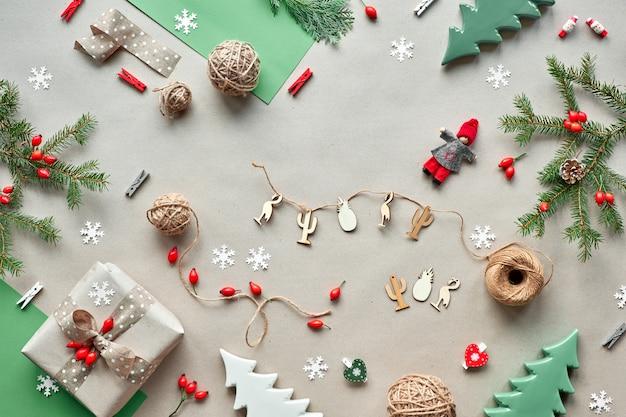 Nul afval kerstmis, concept platte lay-out op rustiek hout. handgemaakte geschenken, natuurlijke kerstdecoraties van biologisch afbreekbare materialen zonder plastic. platliggend, bovenaanzicht, natuurlijke fir twijgen.