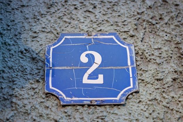 Nummer 2 op een stenen oude muur