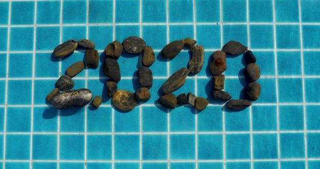 Nummer 2020 uit steen in het zwembad