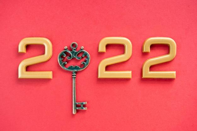 Nummer 2022 met sleutel op rode achtergrond gelukkig nieuwjaar en kerstmis 2022 concept