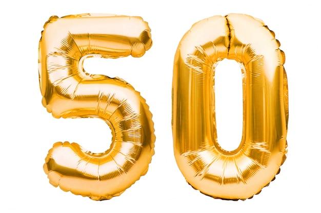 Nummer 50 vijftig gemaakt van gouden opblaasbare ballonnen op wit wordt geïsoleerd. helium ballonnen, goudfolie nummers.