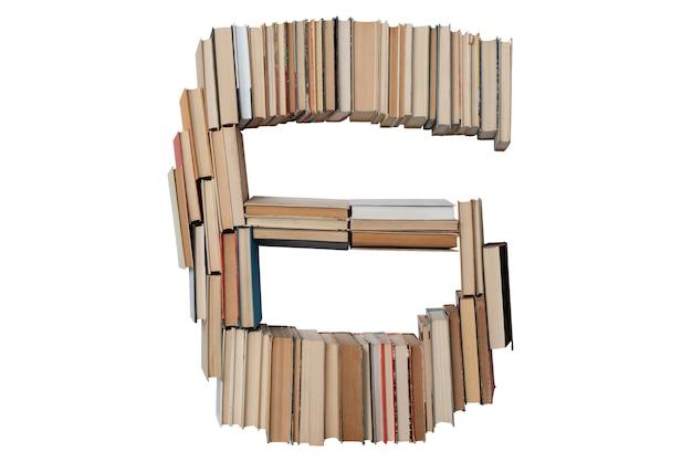 Nummer 6 gemaakt van boeken geïsoleerd op wit