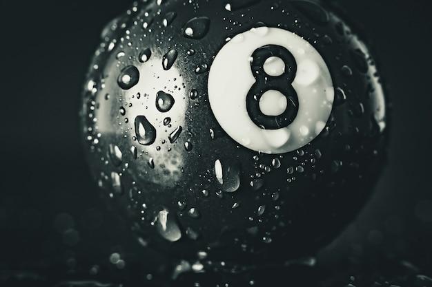 Nummer acht poolbal op zwart