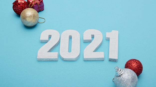 Nummers 2021 en hand op pastelblauwe achtergrond voor nieuwjaar
