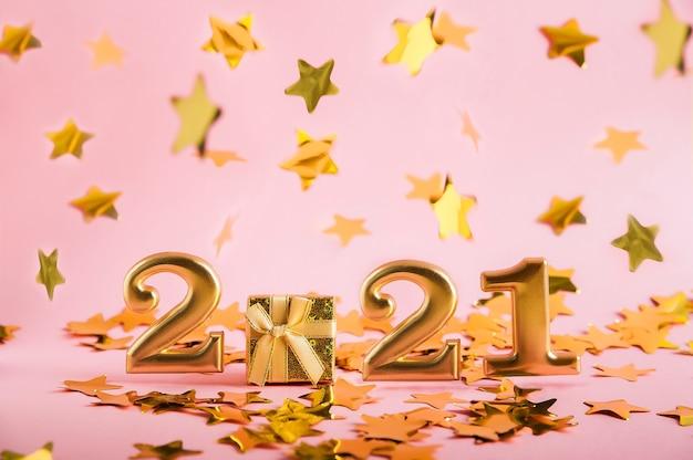 Nummers 2021 in goud en een geschenk op roze