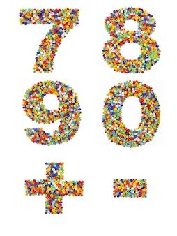 Nummers 7 tot en met 0 en leestekens gemaakt van kleurrijke glaskralen op een witte achtergrond