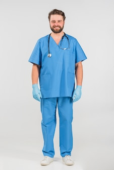 Nurse man permanent en glimlachen