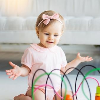 Nursery babymeisje spelen met educatieve logica speelgoed
