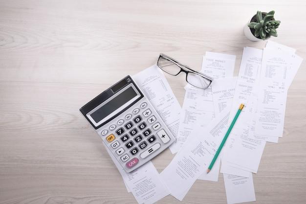 Nutsrekening en rekenmachine met pencil.financiële gegevens analyseren.