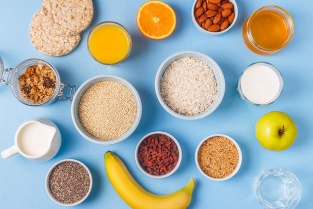 Nuttig ontbijt op een blauwe pastelkleurachtergrond