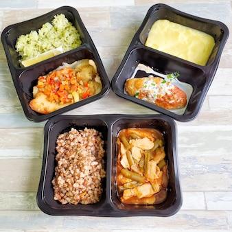 Nuttig voedsel in wegwerpverpakkingen. concept: goede voeding, levering van voedsel