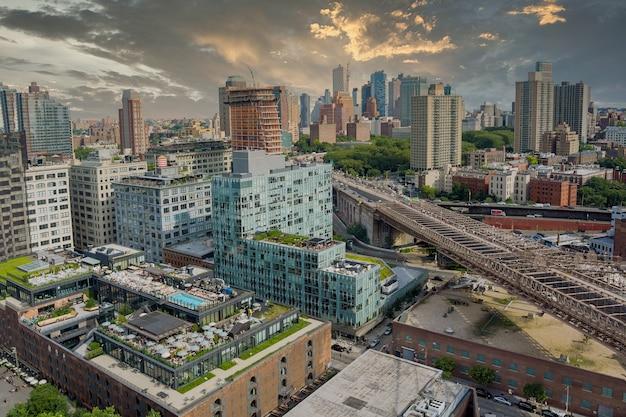 Nyc stadsgezicht panning op van het centrum van brooklyn district met manhattan bridge