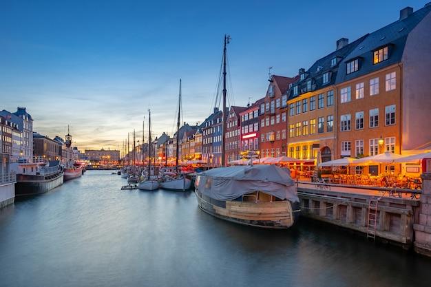 Nyhavn oriëntatiepuntgebouwen in de stad van kopenhagen, denemarken
