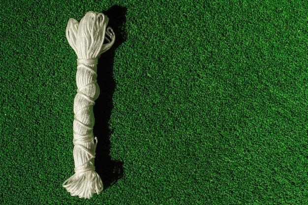 Nylon touwfabriek op groen kunstgras. touwtouw in een streng. touw streng achtergrond.