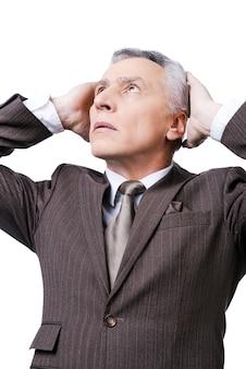 O mijn god! gefrustreerde volwassen man in formalwear die het hoofd in handen houdt en omhoog kijkt terwijl hij tegen een witte achtergrond staat