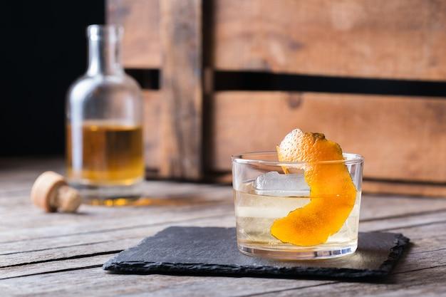 Oaxaca ouderwetse cocktail met mexicaanse mezcal of mescal, tequila en gevlamde sinaasappelschil