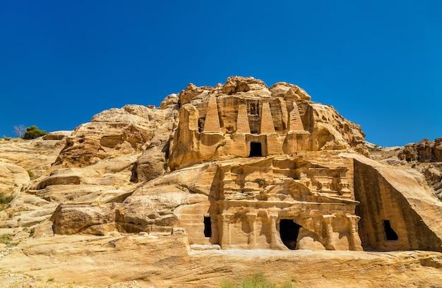 Obelisk-tombe en het triclinium in petra - jordanië