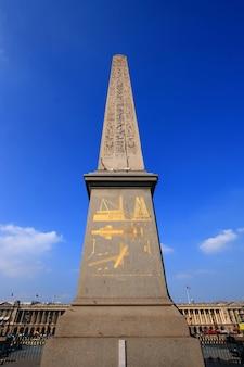 Obeliskmonument met blauwe hemel op place de la concorde in parijs frankrijk