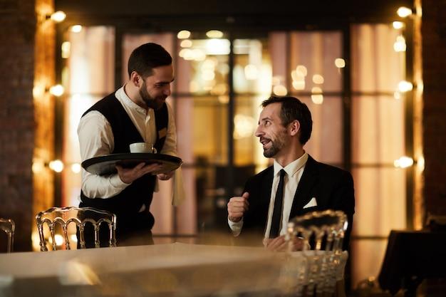 Ober brengt koffie naar de klant