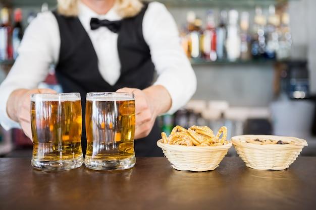 Ober houden bierpul op de teller