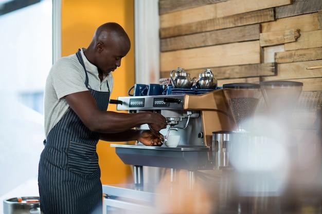 Ober maken van een kopje koffie