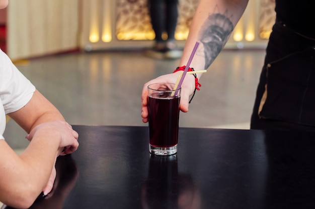 Ober serveert een bestelling, verfrissend drankje of sap