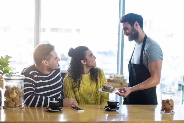 Ober serveren een bord sandwich aan de klant