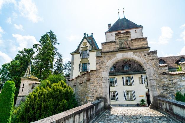 Oberhofen-kasteel in zwitserland