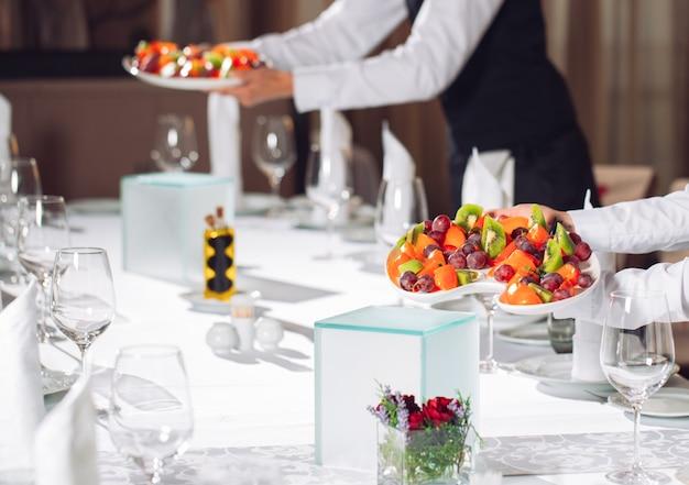 Obers die tafel in het restaurant serveren om gasten te ontvangen.