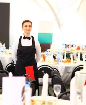 Obers die wijn serveren tijdens een luxe bijeenkomst