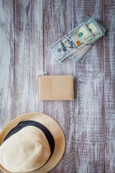 Objecten voor reizen geïsoleerd op een houten achtergrond