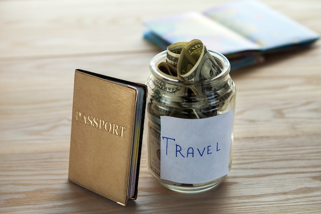 Objecten voor reizen geïsoleerd op een houten backgroun