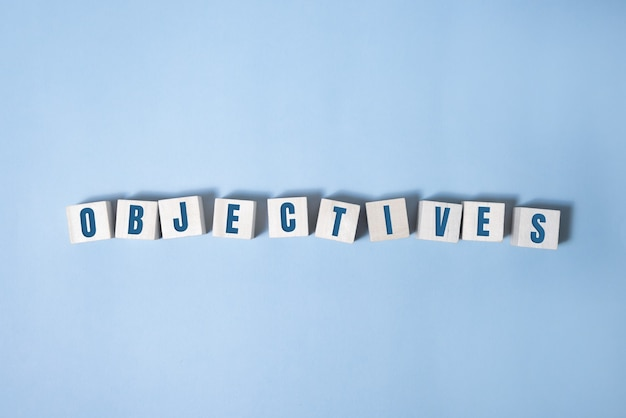Objectief woord geschreven op houtblok. objectieve tekst op tafel, concept.