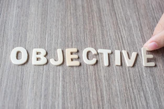 Objectief woord van houten alfabetbrieven. bedrijf en idee concept