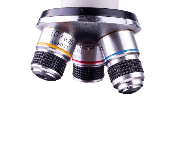 Objectieve lens van microscoop geïsoleerd op de witte achtergrond