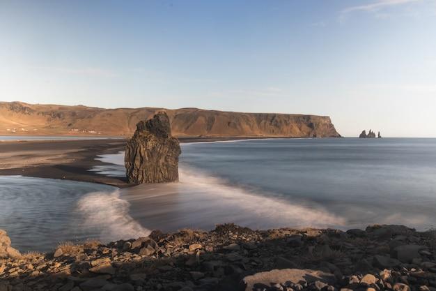 Oceaan dichtbij het grondgebied bij dyrholaey vik in ijsland