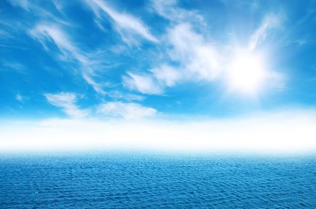 Oceaan en perfecte lucht