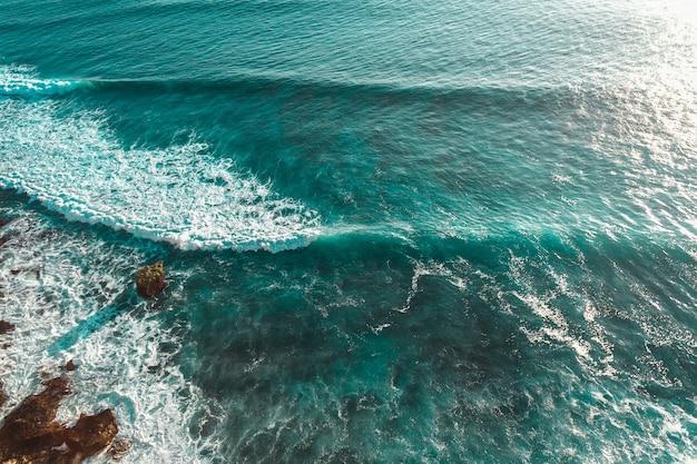 Oceaan golven en zee schuim van boven bali kustlijn indonesië landschap buiten achtergrond