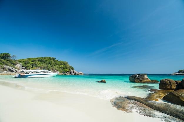 Oceaan golven, prachtig tropisch strand en rotsachtige kustlijn en prachtig bos. nga khin nyo gyee island myanmar. tropische zeeën en eilanden in het zuiden van myanmar