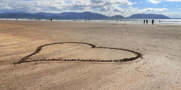 Oceaan kust met hart op het strand