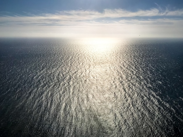 Oceaan luchtfoto bij zonsondergang. zee en lucht achtergrondbehang