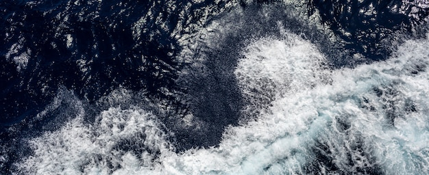 Oceaan of zee met blauw water op een zonnige dag. golven, schuim en kielzog veroorzaakt door cruiseschip in de zee, effect gefilterd beeld voor toeristisch bedrijfsconcept, cruise zeilblogs, tijdschriften websites