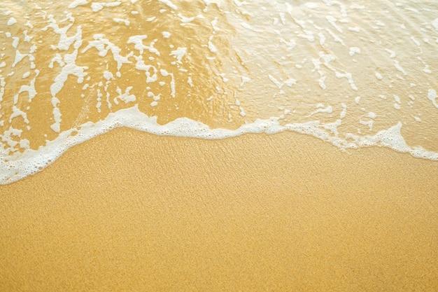 Oceaangolf op zandstrand.