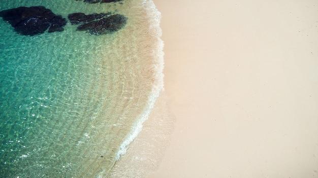 Oceaanpromenade, rotsen, stenen, zand in de zomer