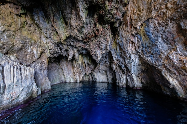 Oceaanwater in de rotsachtige grot