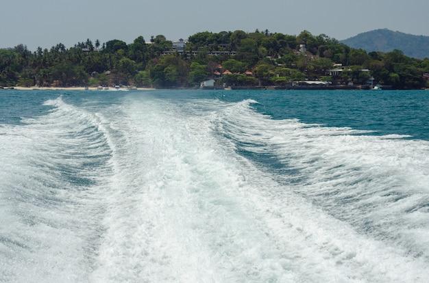 Ocean waves speedboot