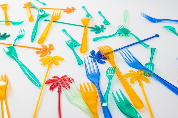 Oceanen overbelasten. kleurrijke gevaarlijke plastic gebruiksvoorwerpen die dieren in de oceanen doden en ons milieu schaden
