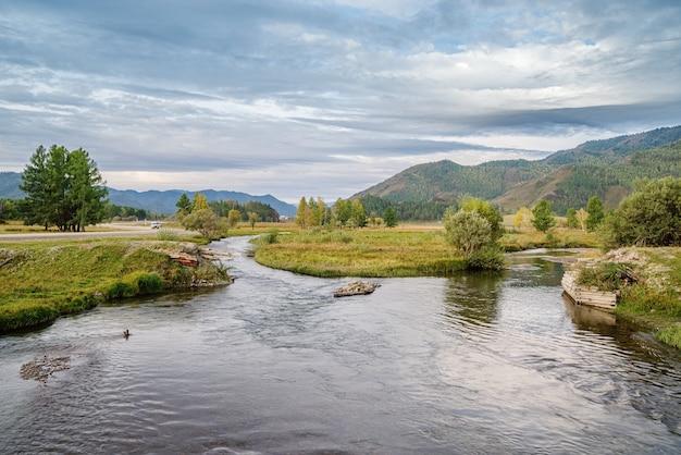 Ochtend berglandschap met een rivier. herfst in de karakol river valley, altai mountains, rusland